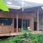 de nieuwe dakstructuur met kolommen en balken van de dennen uit de tuin