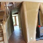 de leefruimte met schouwmantel van oude dakspanten