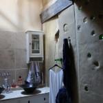 badkamer met flessen id lemen wand