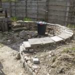 2013: opstart zitcirkel/kruidenpuintuin bovenop oude betonvloer