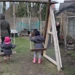 Schommel v kastanje wordt uitgetest door de kindjes terwijl papa in de bessenkooi opgesloten zit ;) De toegang tot de bessenkooi gaat via de driehoekige deur ad schommel.
