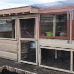 Van links nr rechts, boven nr onder: zitstok boven composthoop, nachthok met legnesten, opkweekserre met recupramen en kippenhok.