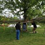 de structuur in de boom takelen met kleurrijke spanbanden. Het ziet er al feestelijk uit!