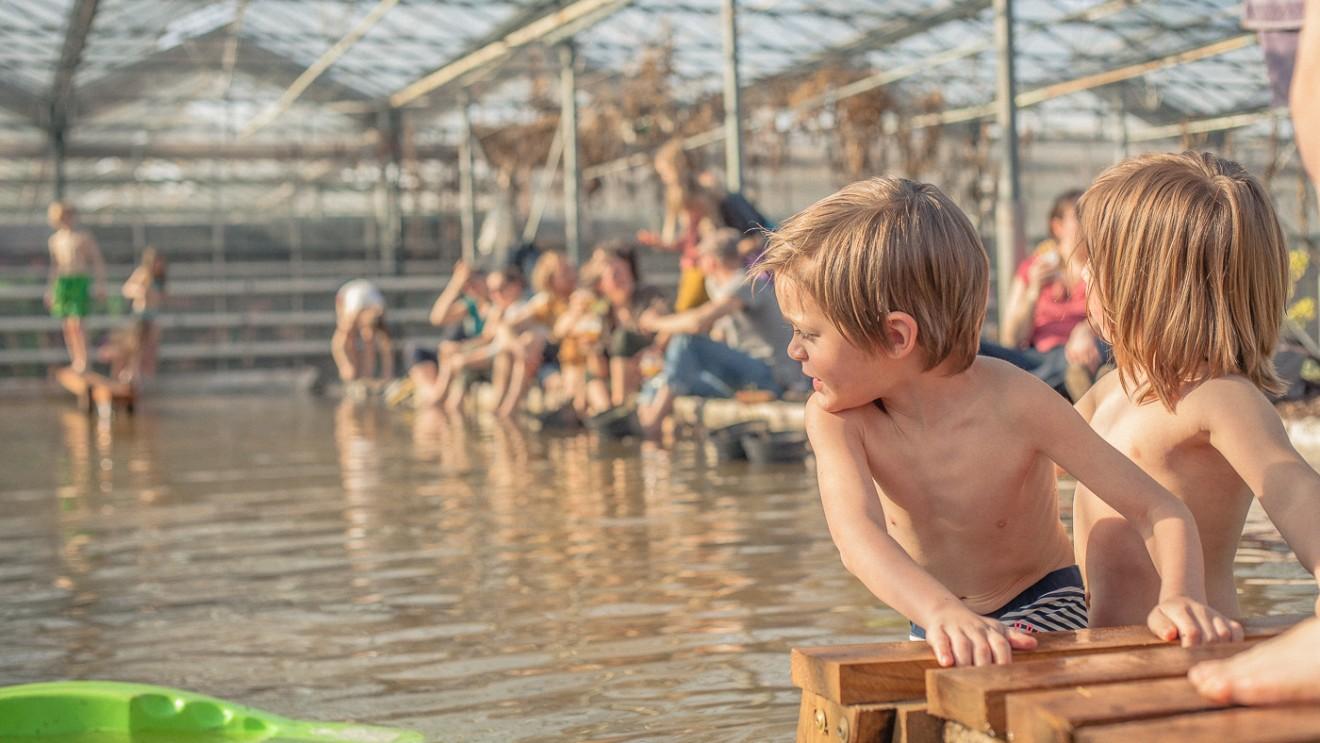 Warm in deWarmeMeente! Gelukkig is een zalige zwemvijver om je te verfrissen.